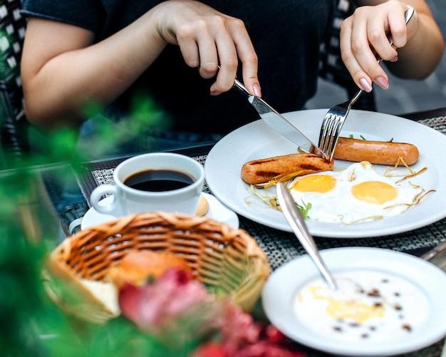 Eine person, die am tisch frühstückt 1 Kostenlose Fotos