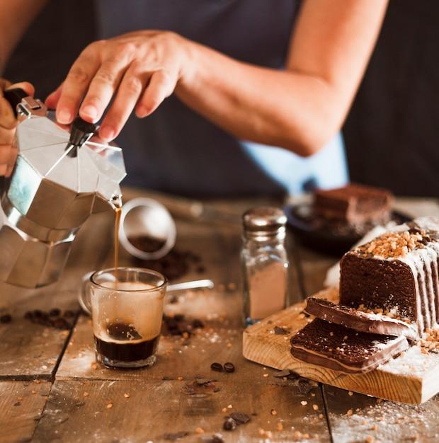 Eine Person Die Espressokaffee Im Glas Mit Kuchenscheiben Auf