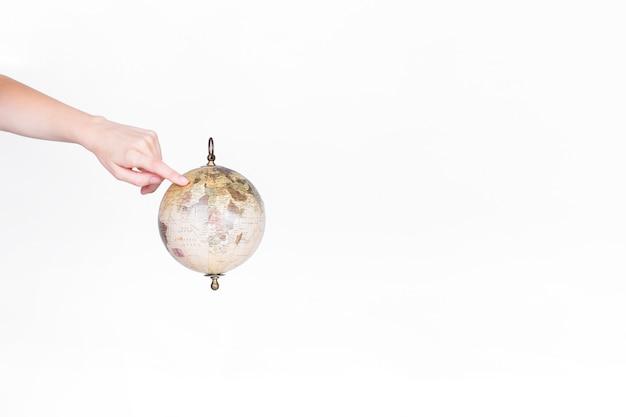 Eine person, die finger auf ziel auf kugelpendel zeigt Kostenlose Fotos