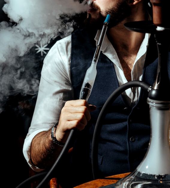 Eine person, die shisha raucht Kostenlose Fotos