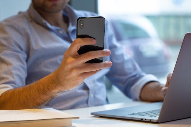 Eine person, die smartphone hält Kostenlose Fotos