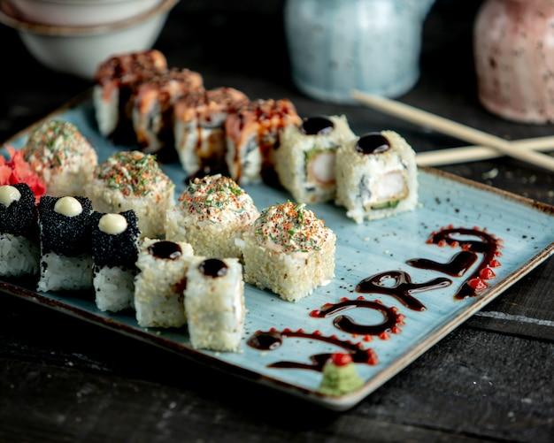 Eine platte mit sushi-rollen mit lachsschwarzem tobiko-tempura Kostenlose Fotos