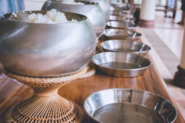 Eine reihe auf almosenschüssel des buddhistischen mönchs, erhalten, nahrung anzubieten Premium Fotos