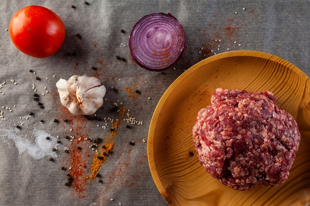 Eine reihe von frischen zutaten zum kochen von rinderhackfleisch Premium Fotos
