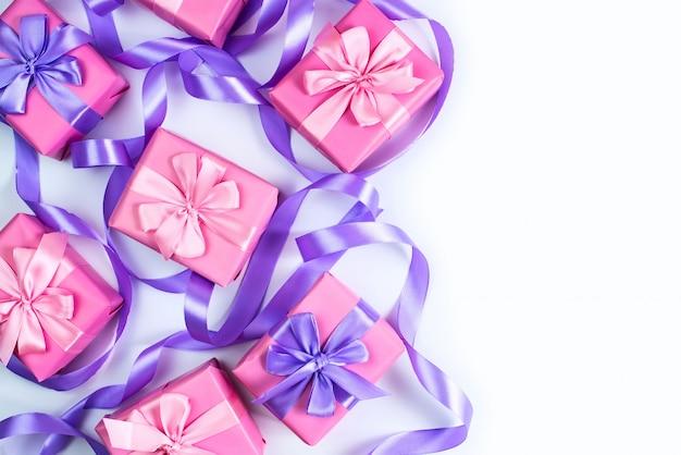 Eine reihe von geschenken für eine neugeborene rosa farbe auf weißem hintergrund eine draufsicht auf flach zu legen Premium Fotos