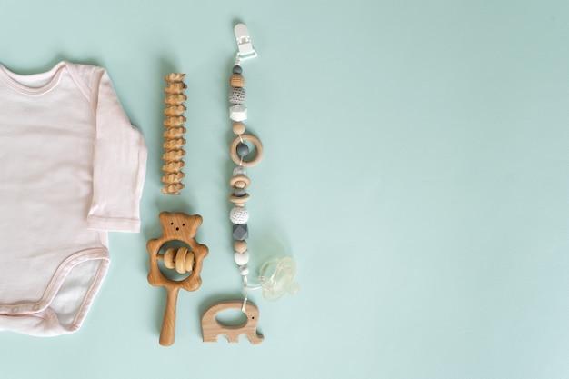 Eine reihe von spielzeugen und dingen für neugeborene Premium Fotos