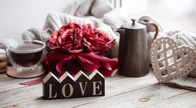 Eine romantische komposition zum valentinstag mit dem dekorativen wort liebe und dekor details. Kostenlose Fotos