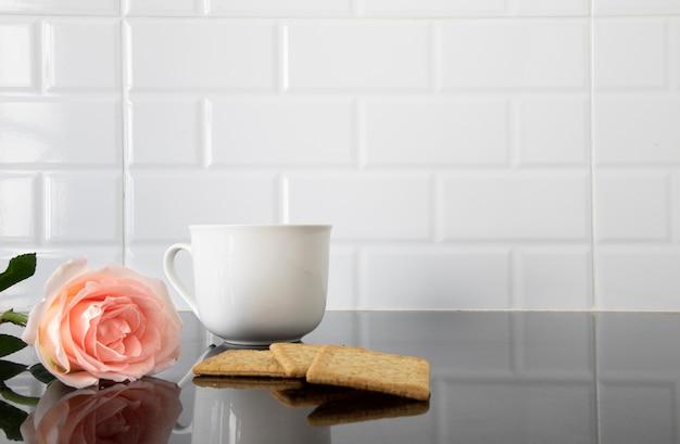 Eine rose, stücke biskuit und eine tasse kaffee Premium Fotos
