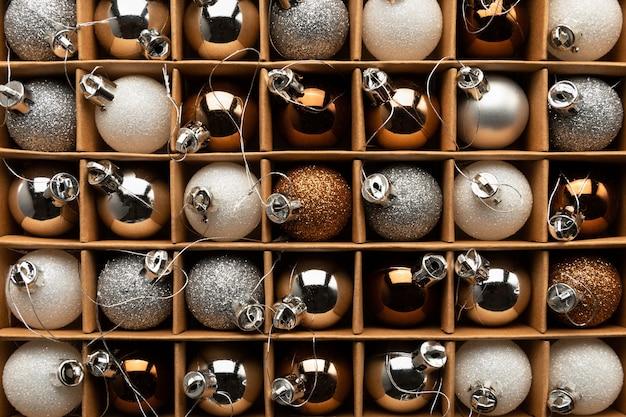 Eine schachtel weihnachtskugeln auf einem weihnachtsbaum schließen oben Premium Fotos