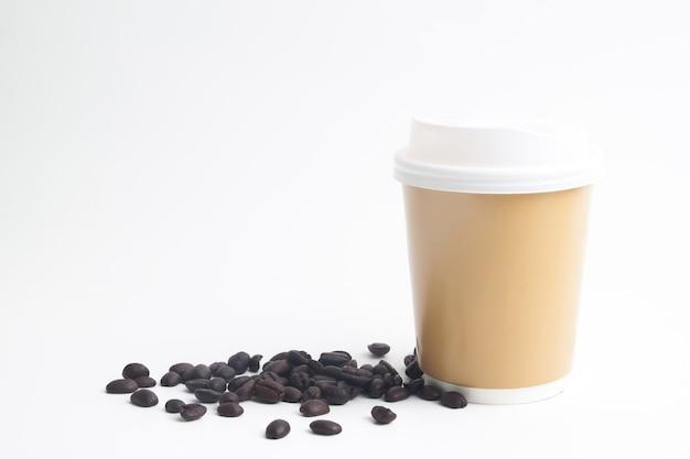 Eine schale heißer kaffeespott oben für marke oder logo mit röstkaffeebohnen auf weißem hintergrund Premium Fotos