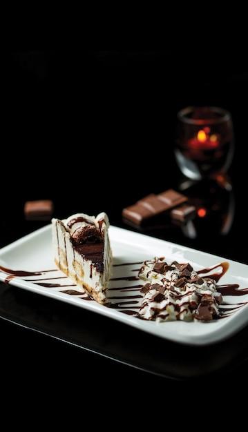 Eine scheibe kakaotiramisu mit vanilleeis Kostenlose Fotos