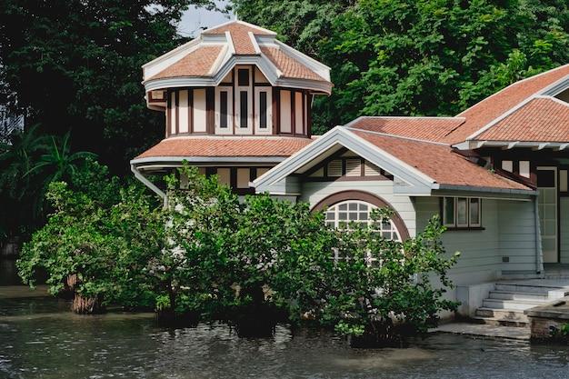 Eine schöne aussicht auf ein luxushaus mit bäumen und fluss Premium Fotos