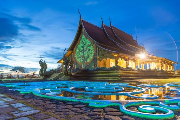 Eine schöne farbreflexion mit dämmerung bei wat sirindhorn wararam phu prao Premium Fotos
