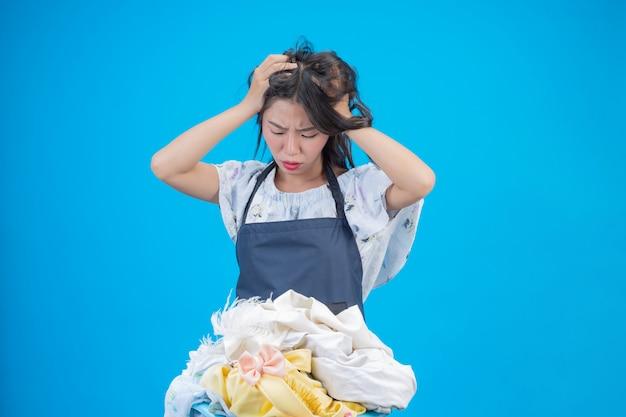 Eine schöne frau, die ein tuch anhält, bereitete vor sich, auf blau sich zu waschen Kostenlose Fotos