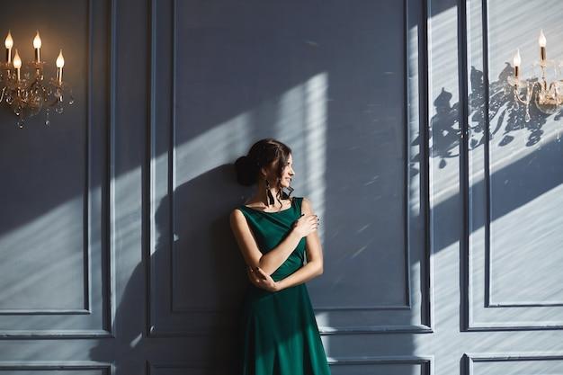 eine schöne frau mit eleganter frisur im grünen abendkleid