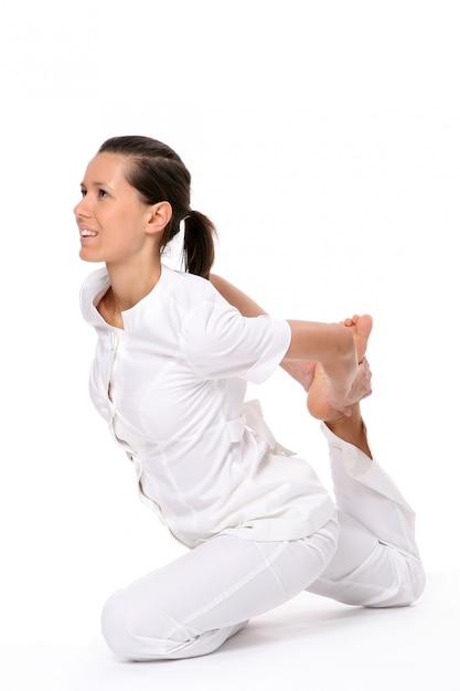 Eine schöne junge frau in yoga-pose Kostenlose Fotos