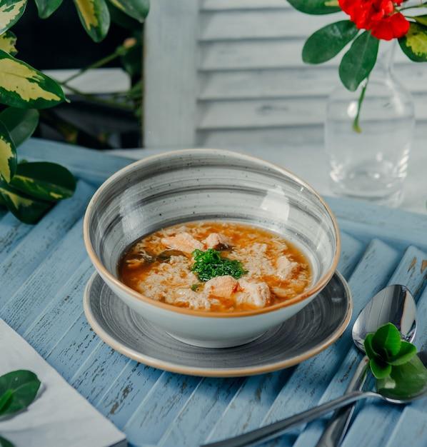 Eine schüssel heiße suppe mit gewürfelten frühlingszwiebeln in modernen schüssel Kostenlose Fotos