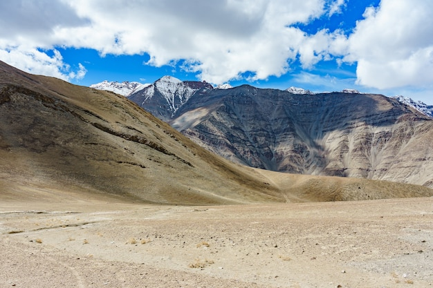 Eine straße zum schönen magnetischen hügel in leh, ladakh, indien Premium Fotos