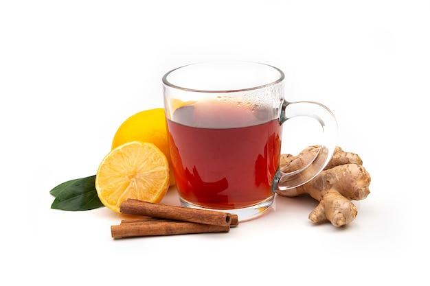 Eine tasse heißen schwarzen oder grünen tee mit zitrone und ingwer auf einem weißen hintergrund. inhaltsstoffe gegen influenza und viren. natürliche medizin. Premium Fotos