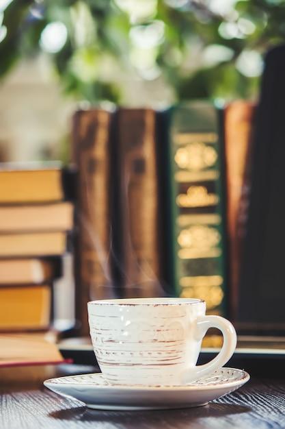 Eine tasse kaffee und einen guten morgen im büro bei der arbeit. selektiver fokus Premium Fotos