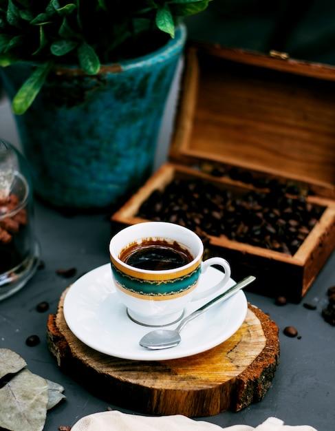 Eine tasse kaffee und kaffeebohnen Kostenlose Fotos