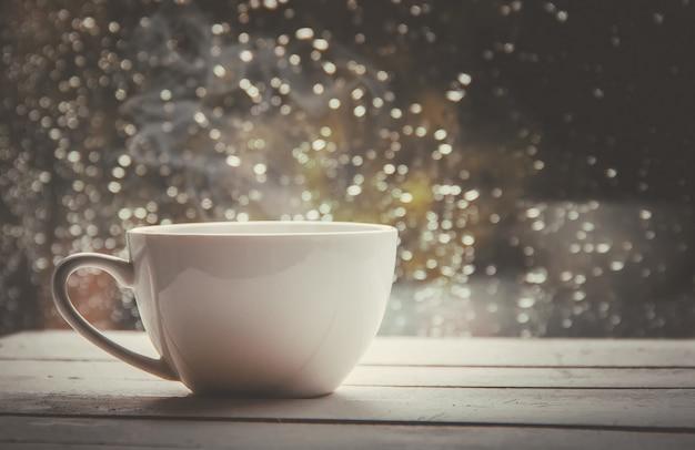 Eine tasse tee. hallo herbst. tiefenschärfe komfort Premium Fotos