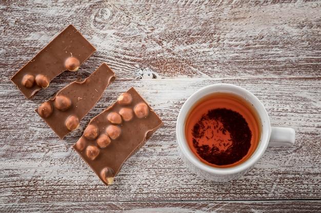 Eine tasse tee ist schwarze schokolade auf dem holz Premium Fotos