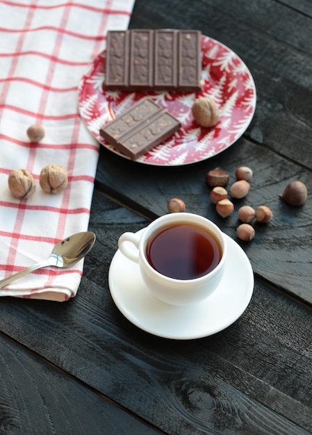 Eine tasse tee und eine tafel bitterschokolade. ansicht von oben. Kostenlose Fotos