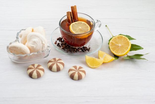 Eine tasse tee von oben mit zitronenminze und zimt auf weißem tee-dessert-bonbon Kostenlose Fotos