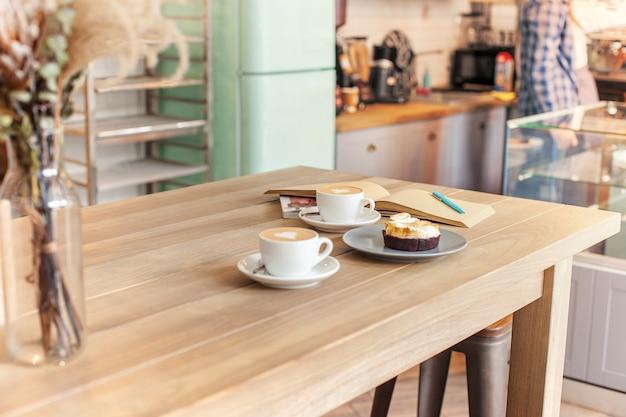 Eine tischdekoration für kaffee auf der theke in einem kaffeehaus Kostenlose Fotos