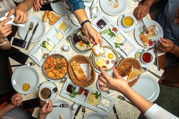 Eine top-nahaufnahme ansicht tisch frühstückszeit familie mit verschiedenen mahlzeiten Kostenlose Fotos