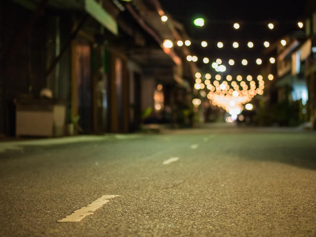 Eine verschwommene asphaltstraße. Premium Fotos