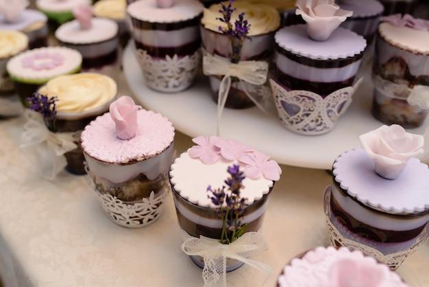 Eine vielzahl von süßigkeiten und kuchen. Premium Fotos
