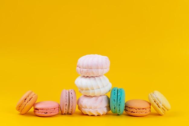 Eine vorderansicht baiser und macarons köstlich auf gelb gebacken, kuchen keks farbe süß Kostenlose Fotos