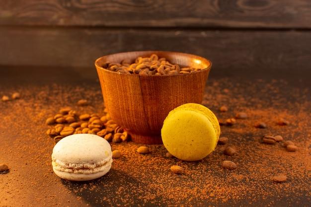 Eine vorderansicht braune kaffeesamen innerhalb der braunen platte auf dem braunen kaffeesamen Kostenlose Fotos