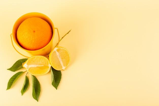 Eine vorderansicht ganze orange innerhalb des orangenkorbs zusammen mit geschnittener zitrone reifen frischen saftigen milden lokalisiert auf dem cremefarbenen hintergrund zitrusfruchtorange Kostenlose Fotos