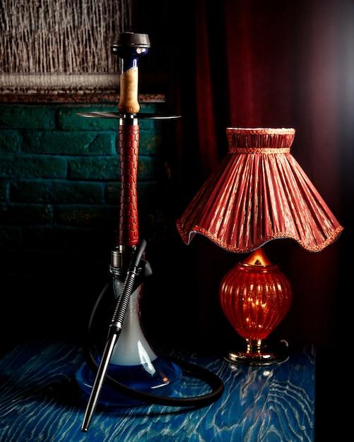 Eine wasserpfeife mit roter lampe Kostenlose Fotos