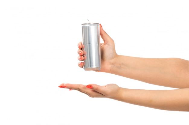 Eine weibliche hand der vorderansicht, die silberdose hält, zeigt offene handfläche auf dem weiß Kostenlose Fotos