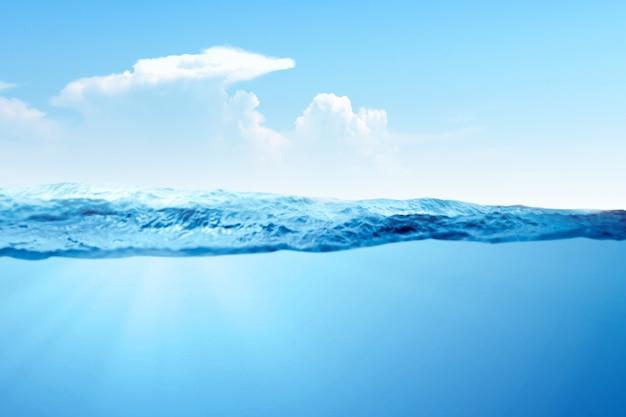 Eine welle von blauem wasser auf dem ozean Premium Fotos