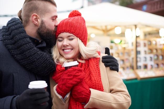 Einen kuss geben und heißen kaffee trinken Kostenlose Fotos
