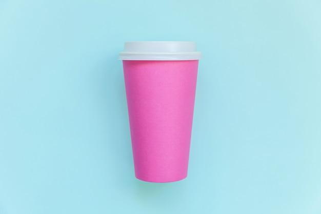 Einfach flache lageentwurfsrosa-papierkaffeetasse auf blauem buntem trendy pastell Premium Fotos