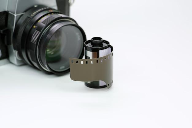 Einfache alte analoge kamera mit film auf weißem hintergrund Premium Fotos