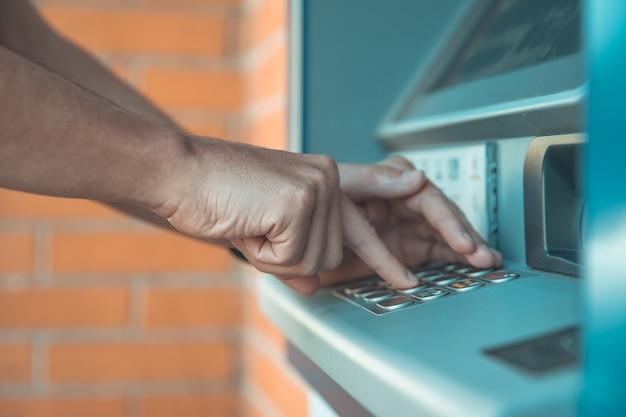 Eingabe eines kreditkartencodes über die atm-tastatur Premium Fotos