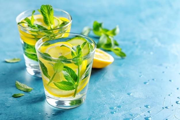 Eingegossenes gesundes wassergetränk in gläsern Kostenlose Fotos