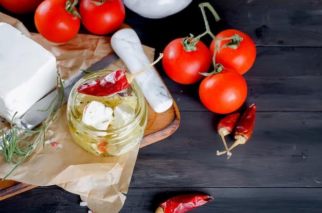 Eingelegter weichkäse, brot und tomaten Premium Fotos