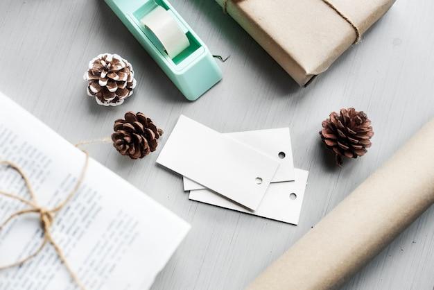 Eingewickelte anwesende geschenkbox mit kiefern-kegel auf hölzernem hintergrund Kostenlose Fotos