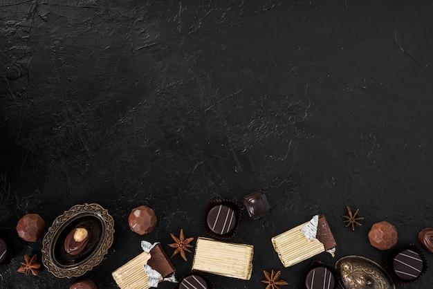 Eingewickelte schokoriegel und süßigkeiten mit kopienraum Kostenlose Fotos