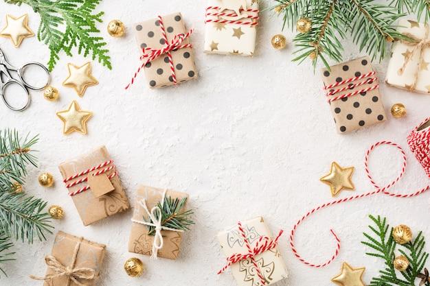 Eingewickelte weihnachtsgeschenkboxen, dekorationen auf weißem kopierraumhintergrund. Premium Fotos