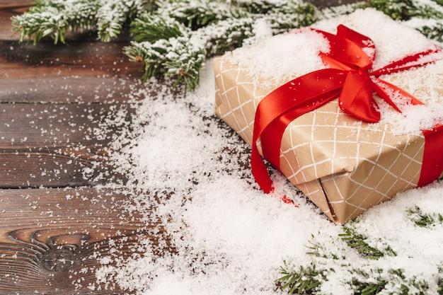 Eingewickeltes geschenk für winterurlaubhintergrund mit kopienraum Premium Fotos