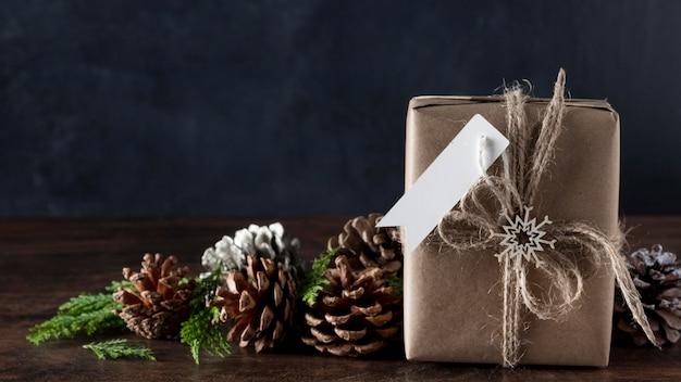 Eingewickeltes geschenk mit leerem etikett und dekorationen Kostenlose Fotos